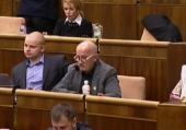 Podpisy pod výzvou poslancovi Mizíkovi, aby sa vzdal mandátu, pribúdajú