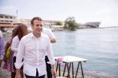 Macron zažaloval novinára, ktorý ho fotil na dovolenke