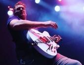 Rocker Homme kopol fotografku počas koncertu do tváre