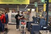Aké to je byť nevidiacim a nakupovať, si vyskúšal youtuber Malý Mišo (VIDEO)