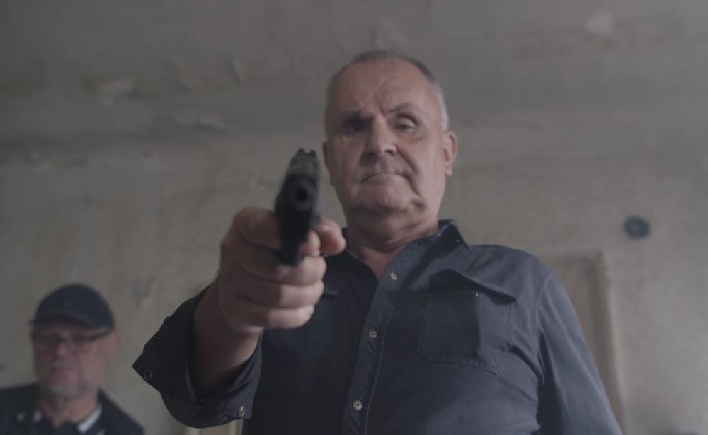 Jožo Ráž rok po vražde Kuciaka mieri pištoľou na hlavu zviazaného novinára  A89b28cc3b1cd5cc9e013e5bd14e73bd_L